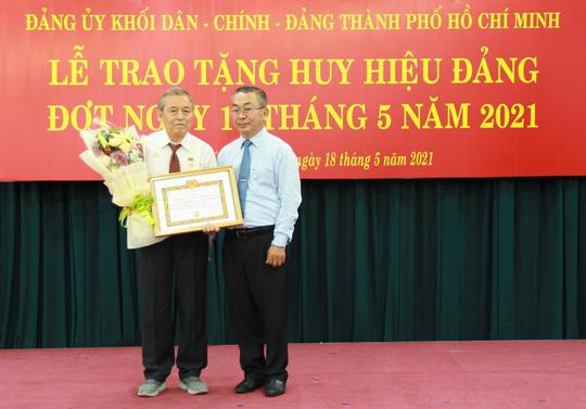 TP HCM trao Huy hiệu Đảng cho 14 đảng viên - Ảnh 1.