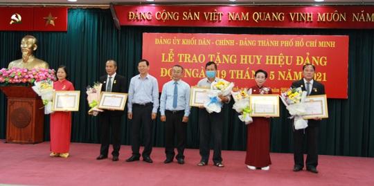 TP HCM trao Huy hiệu Đảng cho 14 đảng viên - Ảnh 3.