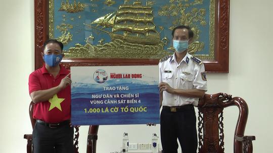 Thêm 1.000 lá cờ Tổ quốc đến với ngư dân Phú Quốc - Ảnh 1.