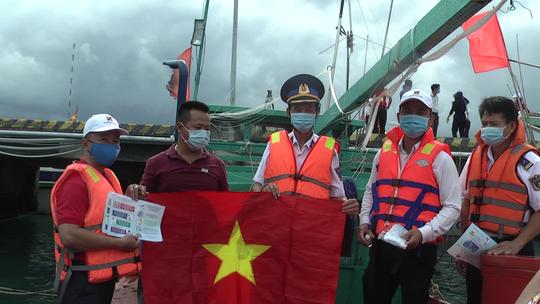 Thêm 1.000 lá cờ Tổ quốc đến với ngư dân Phú Quốc - Ảnh 7.