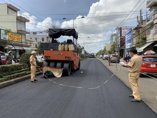 Hi hữu: Xe lu tông chết công nhân đang làm đường - Ảnh 1.