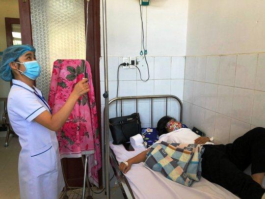 32 người nhập viện sau khi ăn bánh mì - Ảnh 1.