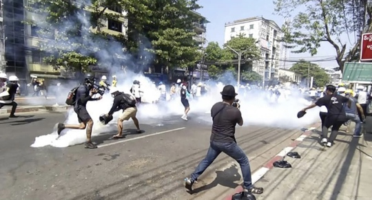 Quân đội Myanmar trấn áp cuộc biểu tình rung chuyển thế giới - Ảnh 1.