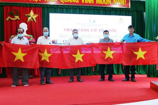 Trao 3.000 lá cờ Tổ quốc cho ngư dân Khánh Hòa - Ảnh 1.
