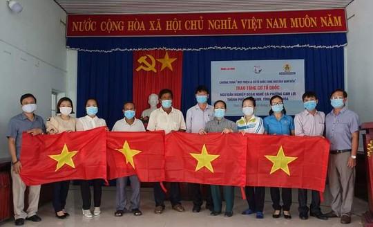 Trao 3.000 lá cờ Tổ quốc cho ngư dân Khánh Hòa - Ảnh 2.