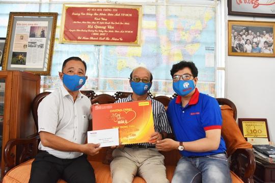 Chương trình Mai Vàng nhân ái thăm Nhà giáo Nhân dân Hà Quang Văn và nhạc sĩ Phùng Trọng - Ảnh 1.