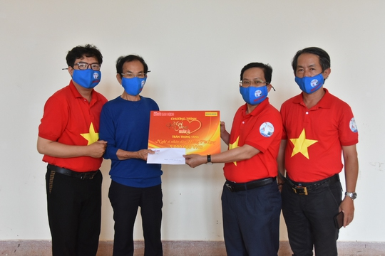 Mai Vàng nhân ái thăm NSND Hoàng Phi Long và nghệ sĩ Bửu Khánh - Ảnh 1.