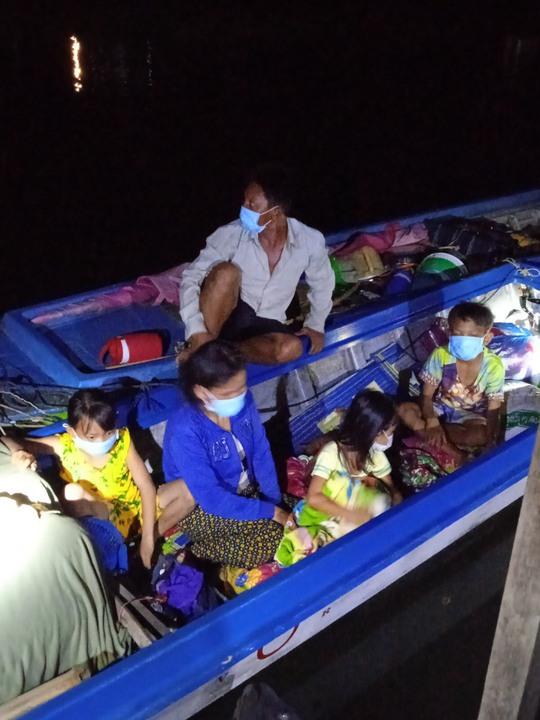 CLIP: Biên phòng An Giang ngăn 6 người từ Campuchia định vượt qua biên giới - Ảnh 2.