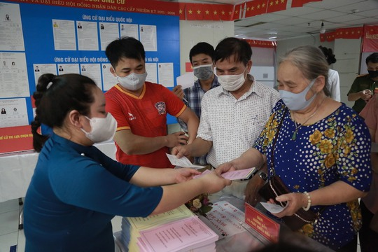 Cử tri Hà Nội náo nức đi bỏ phiếu bầu cử - Ảnh 14.