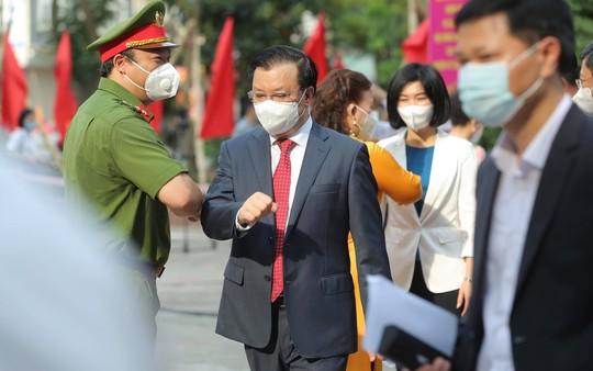 Cử tri Hà Nội náo nức đi bỏ phiếu bầu cử - Ảnh 9.