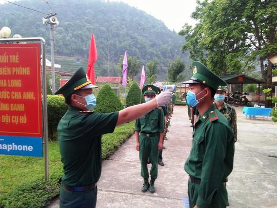 CLIP: Cận cảnh chiến sĩ biên phòng bỏ phiếu bầu cử nơi biên cương Tổ quốc - Ảnh 2.