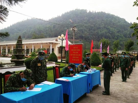 CLIP: Cận cảnh chiến sĩ biên phòng bỏ phiếu bầu cử nơi biên cương Tổ quốc - Ảnh 3.
