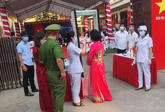 Cử tri Hà Nội náo nức đi bỏ phiếu bầu cử - Ảnh 3.
