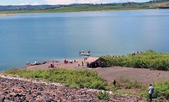 Chìm tàu khai thác cát, 1 người mất tích trên hồ thủy điện Đại Ninh - Ảnh 1.