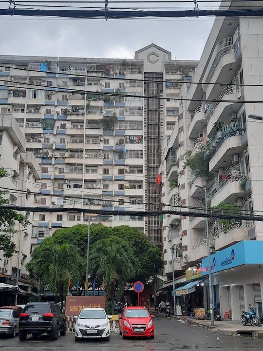 Nên mua căn hộ xây mới ở xa hay căn hộ cũ ở gần trung tâm? - Ảnh 1.