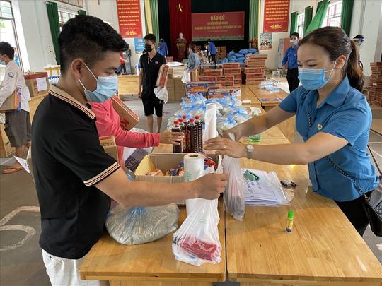 Tổng Liên đoàn Lao động Việt Nam trao 3 tỉ đồng hỗ trợ tuyến đầu chống dịch Covid-19 - Ảnh 4.
