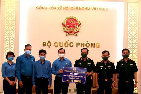 Tổng Liên đoàn Lao động Việt Nam trao 3 tỉ đồng hỗ trợ tuyến đầu chống dịch Covid-19 - Ảnh 1.