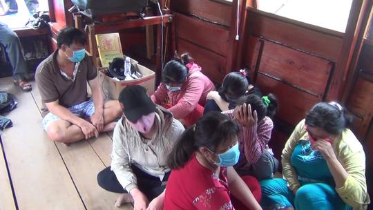"""CLIP: Bắt tại trận 13 """"quý bà"""" làm liều trên tàu du lịch - Ảnh 7."""