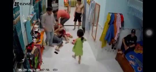 CLIP: Đang ở nhà, người phụ nữ góa chồng bị hai đàn ông xông vào đánh đập dã man - Ảnh 1.