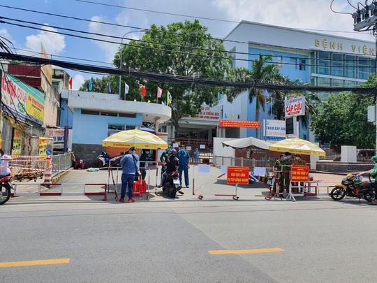 NÓNG: Phong toả Bệnh viện quận Tân Phú liên quan chùm ca nhiễm ở Hội thánh truyền giáo Phục Hưng - Ảnh 1.
