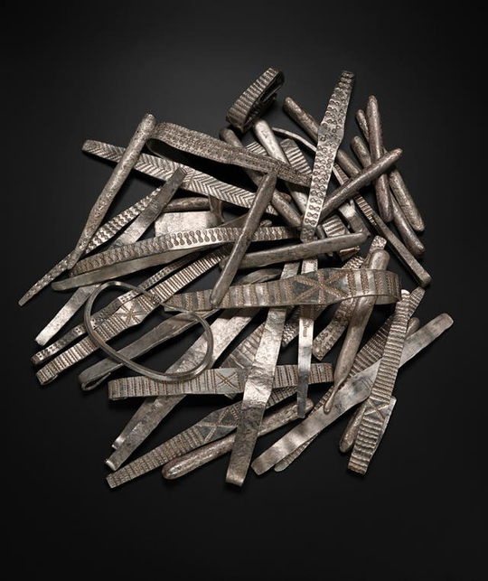 Dò kim loại, đào được kho báu đầy vàng bạc từ 2 thế giới - Ảnh 3.