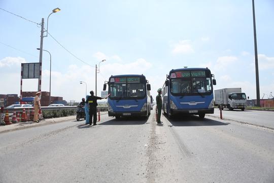 Phát hiện xe chở 5 người nước ngoài chưa hết thời gian cách ly tập trung vào TP HCM - Ảnh 1.