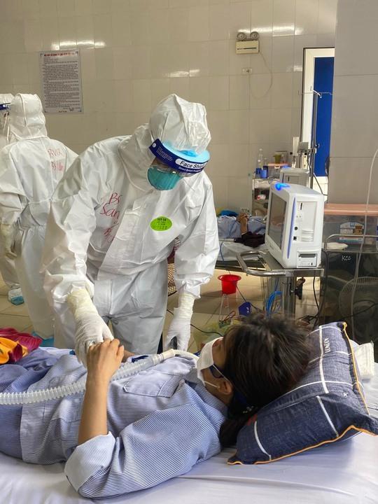 Bác sĩ Chợ Rẫy ngày đêm điều trị cho bệnh nhân nặng tại Bắc Giang - Ảnh 3.