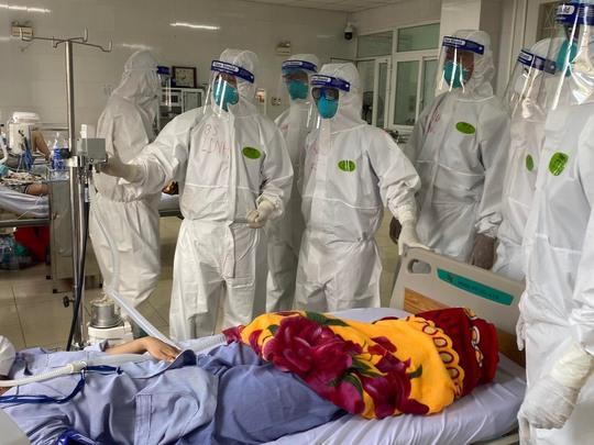 Bác sĩ Chợ Rẫy ngày đêm điều trị cho bệnh nhân nặng tại Bắc Giang - Ảnh 4.