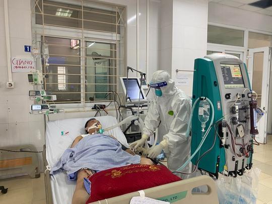 Bác sĩ Chợ Rẫy ngày đêm điều trị cho bệnh nhân nặng tại Bắc Giang - Ảnh 2.