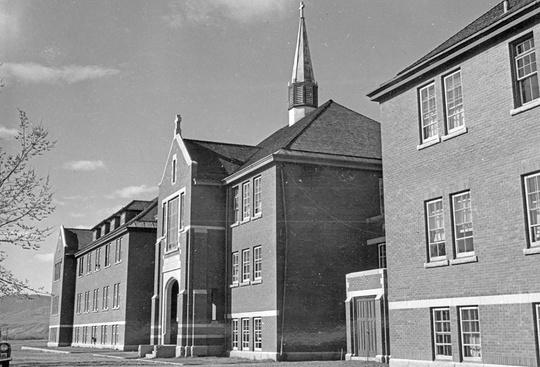 Canada: Rợn người phát hiện 215 bộ hài cốt trẻ em ở trường nội trú cũ - Ảnh 1.