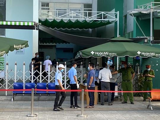 Đà Nẵng có ca dương tính với SARS-CoV-2 trong cộng đồng, cử công an giám sát Bệnh viện Hoàn Mỹ - Ảnh 3.