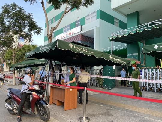 Đà Nẵng có ca dương tính với SARS-CoV-2 trong cộng đồng, cử công an giám sát Bệnh viện Hoàn Mỹ - Ảnh 2.