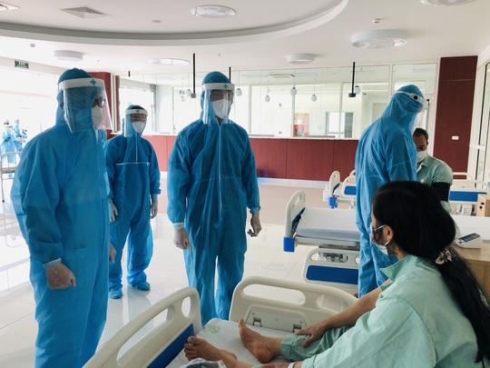 Chuyển 151 F1 của ca bệnh Covid-19 siêu lây nhiễm đến Bệnh viện Bạch Mai cơ sở 2 - Ảnh 1.