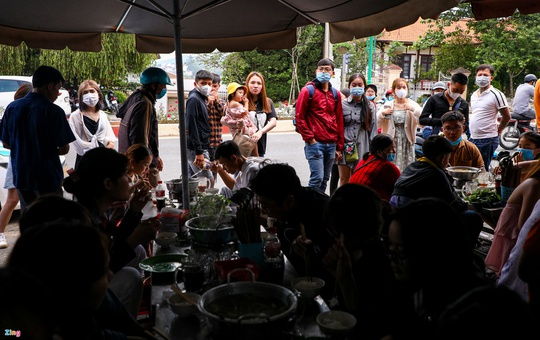 Du khách xếp hàng giữa trưa chờ chỗ trống ở quán cà phê Đà Lạt - Ảnh 2.