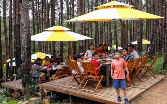 Du khách xếp hàng giữa trưa chờ chỗ trống ở quán cà phê Đà Lạt - Ảnh 11.