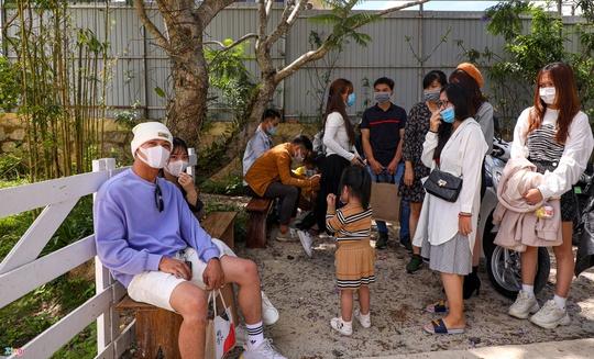 Du khách xếp hàng giữa trưa chờ chỗ trống ở quán cà phê Đà Lạt - Ảnh 3.