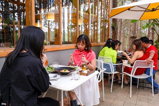 Du khách xếp hàng giữa trưa chờ chỗ trống ở quán cà phê Đà Lạt - Ảnh 10.