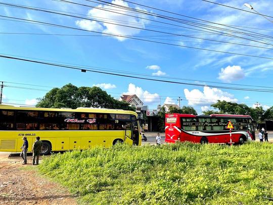 Bất chấp lệnh cấm, xe khách vẫn nườm nượp từ TP HCM về Đắk Lắk - Ảnh 1.