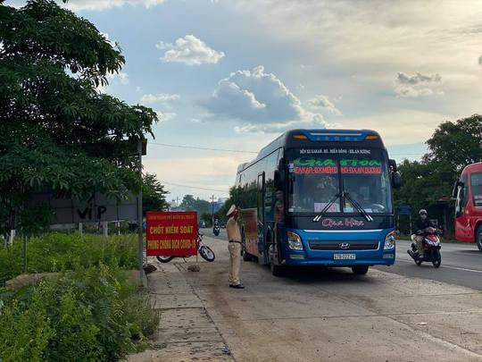Bất chấp lệnh cấm, xe khách vẫn nườm nượp từ TP HCM về Đắk Lắk - Ảnh 3.