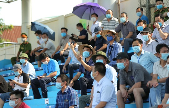 CLIP: Cổ động viên Hoà Bình leo cây xem trận khai mạc giải Hạng nhì Quốc gia 2021 - Ảnh 6.
