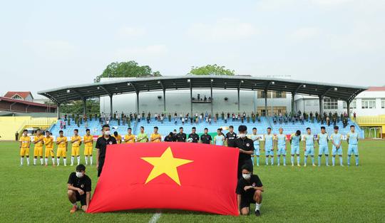 CLIP: Cổ động viên Hoà Bình leo cây xem trận khai mạc giải Hạng nhì Quốc gia 2021 - Ảnh 8.