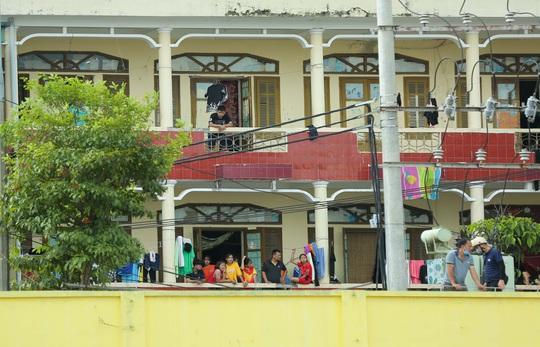 CLIP: Cổ động viên Hoà Bình leo cây xem trận khai mạc giải Hạng nhì Quốc gia 2021 - Ảnh 5.