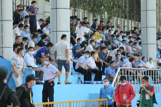 CLIP: Cổ động viên Hoà Bình leo cây xem trận khai mạc giải Hạng nhì Quốc gia 2021 - Ảnh 7.