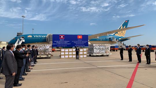 Việt Nam tặng Lào 500.000 USD và vật tư, thiết bị y tế ứng phó Covid-19 - Ảnh 5.