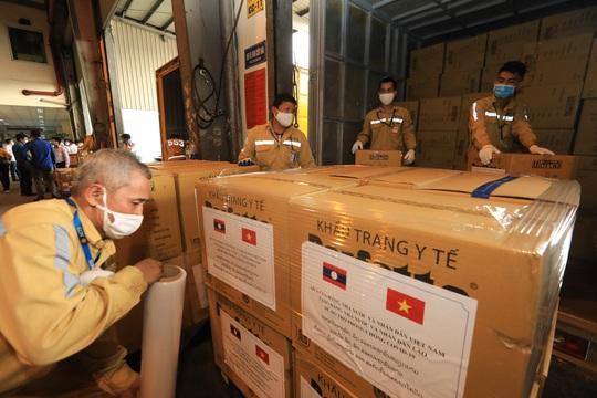 Việt Nam tặng Lào 500.000 USD và vật tư, thiết bị y tế ứng phó Covid-19 - Ảnh 4.