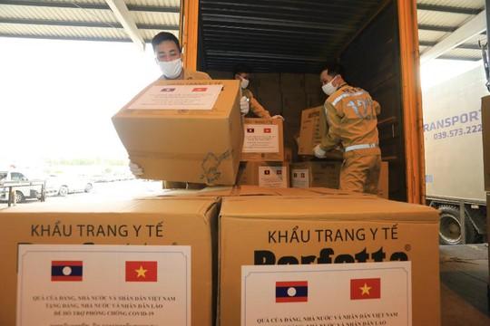 Việt Nam tặng Lào 500.000 USD và vật tư, thiết bị y tế ứng phó Covid-19 - Ảnh 2.