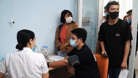 Phóng viên tham gia chống dịch Covid-19 được chích ngừa vắc-xin - Ảnh 1.