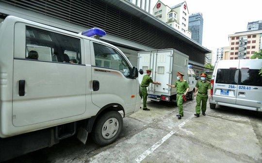 CLIP: Dẫn giải các bị cáo vụ án Nhật Cường tới toà - Ảnh 6.