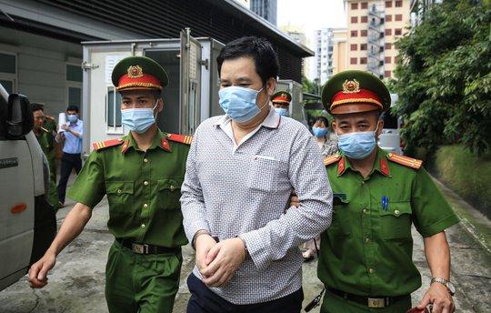 CLIP: Dẫn giải các bị cáo vụ án Nhật Cường tới toà - Ảnh 1.