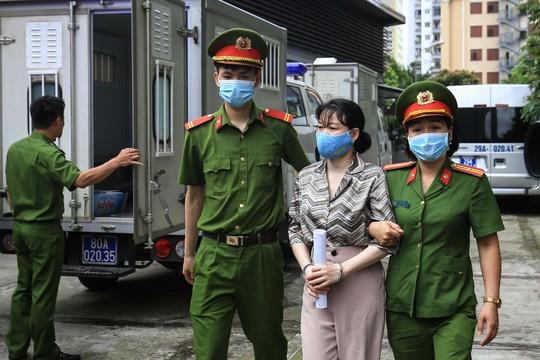 CLIP: Dẫn giải các bị cáo vụ án Nhật Cường tới toà - Ảnh 3.